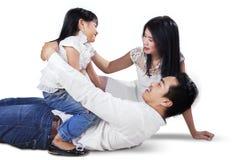 Skämtsam familj som skrattar i studion Royaltyfria Foton