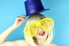 Skämtsam flicka med roliga exponeringsglas, lycklig stygg kvinna för blont hår Royaltyfri Foto