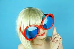 Skämtsam flicka med roliga exponeringsglas, lycklig stygg kvinna för blont hår Arkivbilder