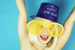 Skämtsam flicka med roliga exponeringsglas, lycklig stygg kvinna för blont hår Arkivbild