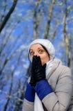 Skämtsam flicka med stort ögonskinnleende under henne händer Portra Arkivbilder