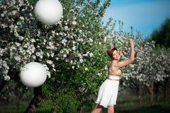 Skämtsam flickahåll ballongerna royaltyfri fotografi