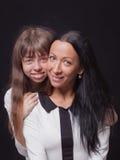 Skämtsam härlig barnmoder och hennes tonårs- dotter arkivbild