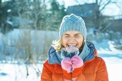 Skämtsam kvinna i vintern som går i för att parkera royaltyfri bild