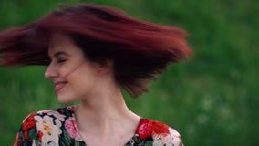 Skämtsam kvinnaskaka hennes röda haired huvud och leende som ser kameran l?ngsam r?relse arkivfilmer