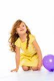 Skämtsam liten flicka i gult skratta för klänning Royaltyfria Foton
