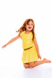 Skämtsam liten flicka i gult skratta för klänning Fotografering för Bildbyråer