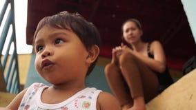 Skämtsam pys- och barnflickalek på trappa arkivfilmer