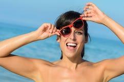 Skämtsam rolig kvinna på strand Arkivbild