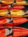 Skämtsamma färger av kanoter royaltyfri fotografi