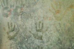 Skämtsamma färgrika barns handintryck på en gråaktig concre Fotografering för Bildbyråer