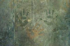 Skämtsamma färgrika barns handintryck på en gråaktig concre Royaltyfria Foton