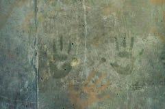 Skämtsamma färgrika barns handintryck på en gråaktig concre Arkivfoto