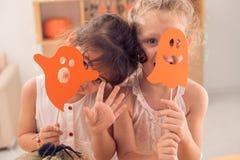 Skämtsamma flickor Fotografering för Bildbyråer