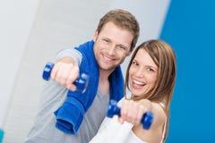 Skämtsamma lyckliga lyckliga par som tillsammans utarbetar Fotografering för Bildbyråer