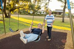 Skämtsamma och lyckliga höga amerikanska par omkring 70 år gammal enj Royaltyfri Fotografi