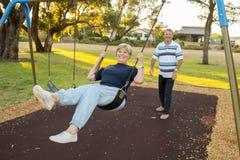 Skämtsamma och lyckliga höga amerikanska par omkring 70 år gammal enj Royaltyfri Foto