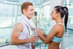Skämtsamma par i idrottshall Fotografering för Bildbyråer