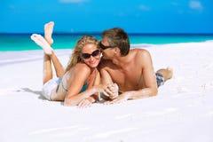 Skämtsamma par på stranden Royaltyfri Fotografi