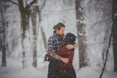 Skämtsamma roliga par för vinter tillsammans Royaltyfri Fotografi