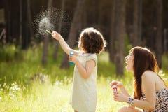 Skämtsamt fostra och dottern Royaltyfri Fotografi