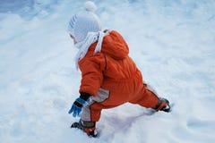 SKÄMTSAMT: Lite pojke på snön arkivfoton