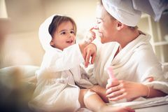 Skämtsamt med mamman efter bad ballerina little Royaltyfri Bild