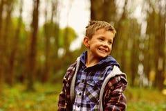 Skämtsamt och livligt skämtsam pojke Liten pojke med skämtsamt leende Småbarn i skämtsamt lynne Spela därför att dess gyckel royaltyfria bilder