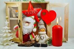Skänk med prydnader på en julgran Arkivbild