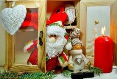 Skänk med prydnader på en julgran Arkivfoto