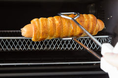 Skära i tärningar brödkorv från ugnen Royaltyfria Foton