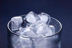 skära i tärningar glass is Arkivbild