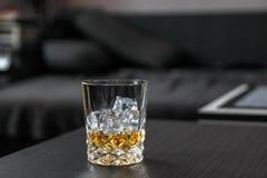 skära i tärningar glass iswhiskey arkivbild