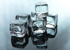 skära i tärningar issmältning arkivfoto