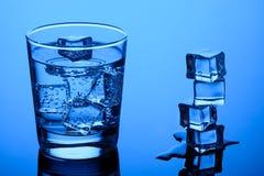 skära i tärningar isvatten fotografering för bildbyråer