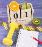 Skära i tärningar kalendern, frukter, hantlar och måttbandet, nya år upplösningar Arkivbilder