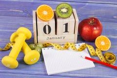 Skära i tärningar kalendern, frukter, hantlar och måttbandet, nya år upplösningar Royaltyfria Bilder