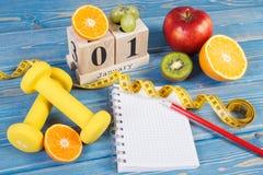 Skära i tärningar kalendern, frukter, hantlar och måttbandet, nya år upplösningar Royaltyfri Foto