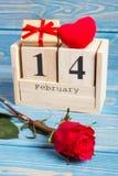 Skära i tärningar kalendern med gåvan, röd hjärta och rosblomman, valentindag Arkivfoto