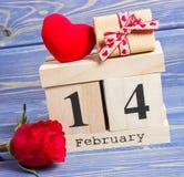 Skära i tärningar kalendern med gåvan, röd hjärta och rosblomman, valentindag Fotografering för Bildbyråer