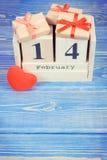 Skära i tärningar kalendern med gåvor och röd hjärta, valentindag Arkivfoton