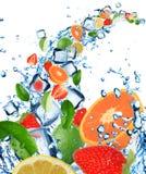 skära i tärningar nytt vatten för fruktisfärgstänk arkivbild