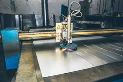 Skärare för CNC-laser-plasma Modern metalworkingteknologi på produktionsanläggningen eller fabriken royaltyfria foton