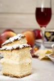 Skärare kex, äpple och ett exponeringsglas av rött vin Arkivbilder