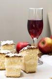 Skärare kex, äpple och ett exponeringsglas av rött vin Royaltyfria Bilder