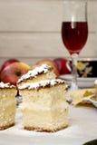 Skärare kex, äpple och ett exponeringsglas av rött vin Arkivbild