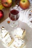 Skärare kex, äpple och ett exponeringsglas av rött vin Fotografering för Bildbyråer