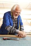 Skärare som arbetar i möblemangfabrik arkivbild