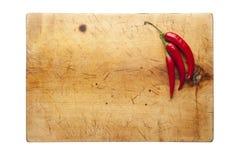 Skärbräda med chili Arkivfoto