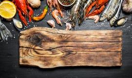 Skärbräda med en variation av räka, fisken och skaldjur Royaltyfria Bilder